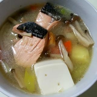 生姜でポカポカ!旬の鮭で石狩鍋!