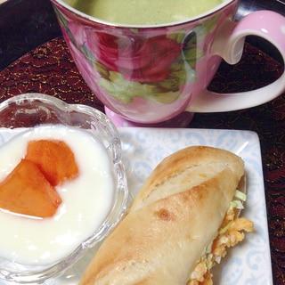 卵キャベツサンド&柿ヨーグルト&青汁きな粉牛乳