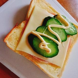 ハムチーズときゅうりでオープントースト