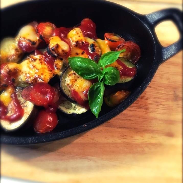 スキレット♪茄子とトマトとソーセージのチーズ焼き。
