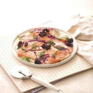 サーモンと紫玉ねぎのクリスピーピッツァ
