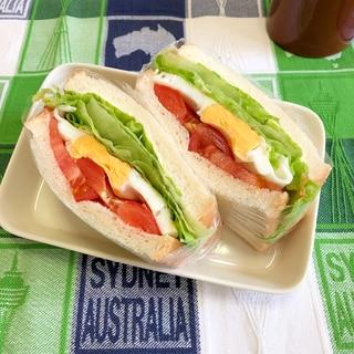 レタス、目玉焼き、トマトのサンドイッチ ♪