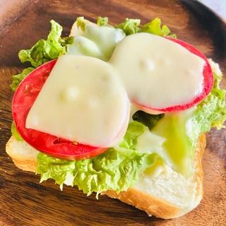 トマトとチーズのオープントースト