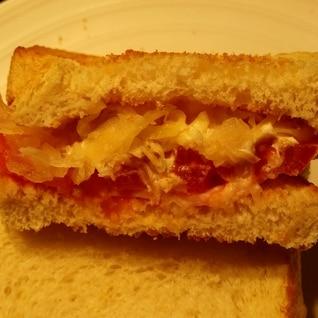トマトとザワークラウトのサンドイッチ
