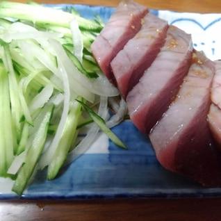 きゅうりと玉ねぎたっぷりの鰹の刺身サラダ