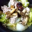 鍋におまかせのキャベツ、玉ねぎ、きのこの塩麹蒸し
