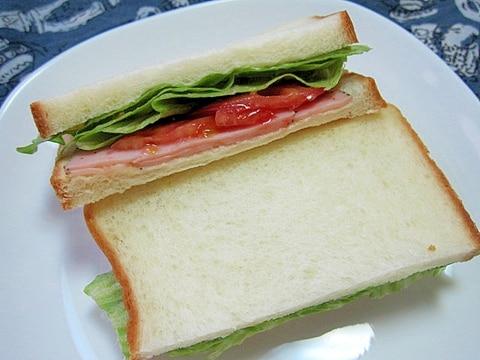 パストラミポークハムとトマトとレタスのサンドイッチ