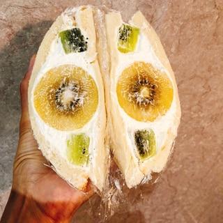 美しい断面☆丸ごとキウイのフルーツサンド!