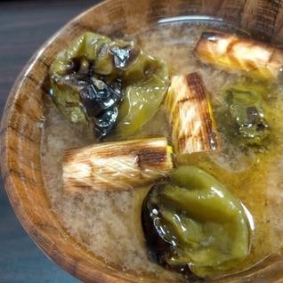 丸ごと焼きピーマンと長ネギの味噌汁