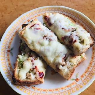 千切りキャベツとツナとチーズのトースト