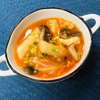 ソースが絡んだトッポギを使って野菜卵スープ