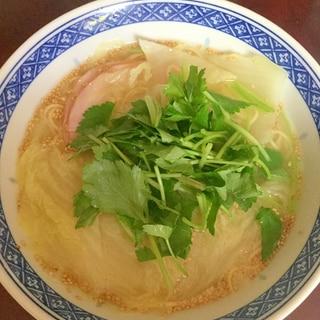 三つ葉たっぷりロースハムと白菜のゆず塩ラーメン。