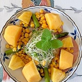 サニーレタス、スイートコーン、柿、パインのサラダ
