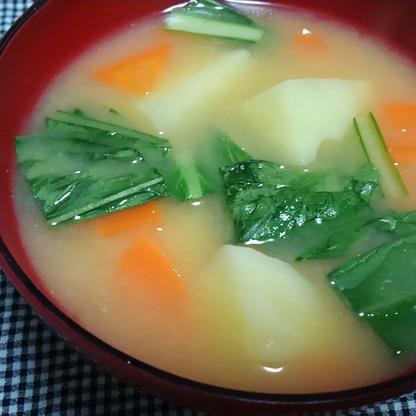 人参とじゃがいもと小松菜の味噌汁*