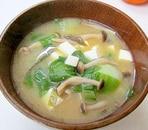 チンゲン菜としめじの味噌汁