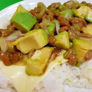 簡単ヘルシー(^^)納豆とアボカドの炒めた丼♪