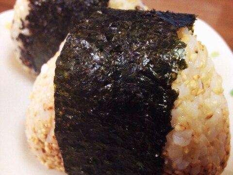 玄米のシンプルなごま塩おにぎり☆
