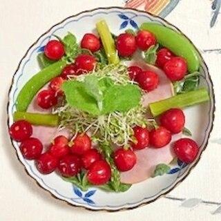 アイスプラント、ロースハム、さくらんぼのサラダ