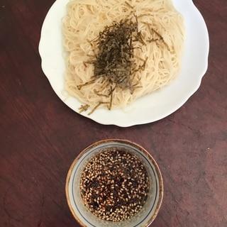 ピリ辛ゴマたぬき素麺。