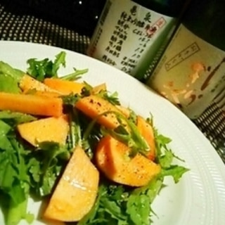 日本酒にワインに、柿と春菊のサラダ