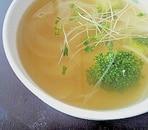 ブロッコリーとたまねぎのコンソメスープ