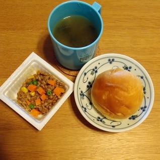 ロールパンとカラフル納豆とお味噌汁の簡単ランチ