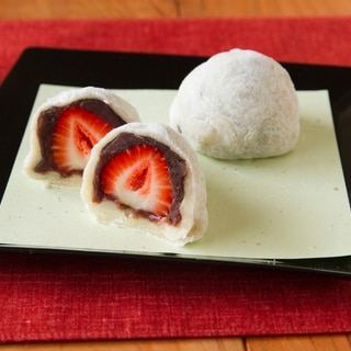 お餅で作るいちご大福 Ichigo Daifuku