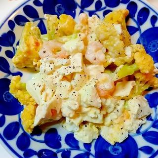 豆腐も入れて、カリフラワーとむきエビ、ゆで卵サラダ