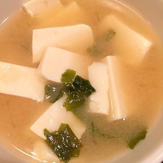お豆腐メインのお味噌汁 鋏で料理 チョッキング