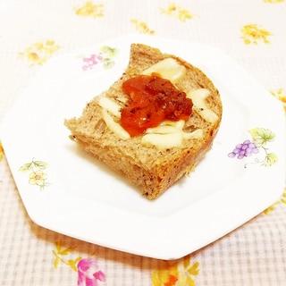オリーブ風味♪干し柿のチーズトースト