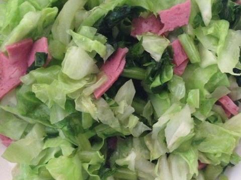 キャベツと大根葉とハムのサラダ