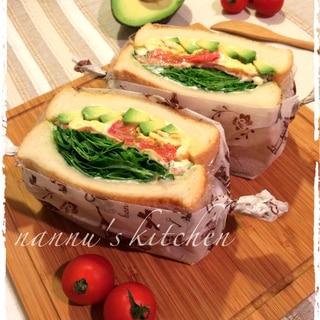 おうちであのカフェ風♪カラフルな具沢山サンドイッチ