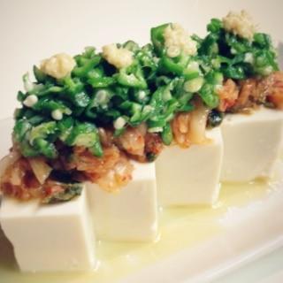 豆腐にキムチとオクラのっけて胡麻油をたらしました♪