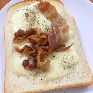 チーズ&豚バラ肉のオープントースト