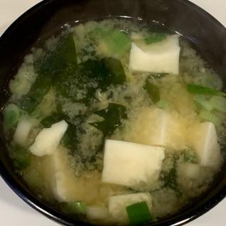 豆腐とワカメとネギの味噌汁