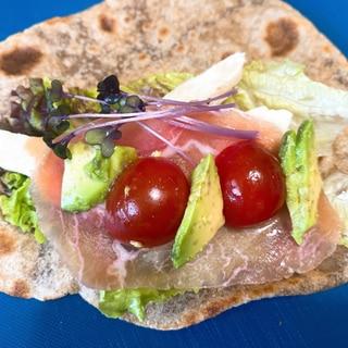チャパティで作るトルティーヤ風生ハム&サラダチキン