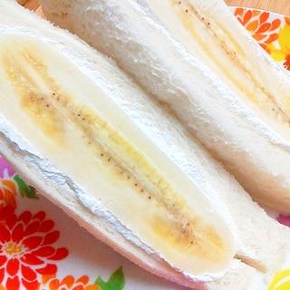 ドーン!と朝食☆まるごとバナナの生クリームサンド♪