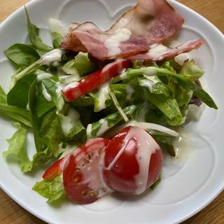 トマトとカリカリベーコンのサラダ