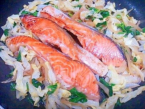 たっぷり野菜と☆鮭のしょうゆバター蒸し焼き☆