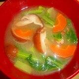 椎茸・小松菜・人参の味噌汁