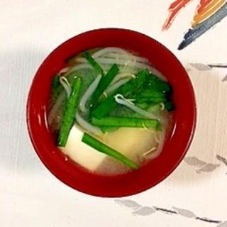 もやしとにら、絹ごし豆腐のお味噌汁