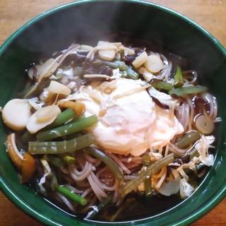 山菜と落とし卵の蕎麦