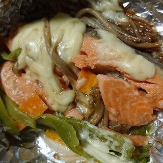 チーズ乗せ◎味えのきで彩り鮭のホイル焼き
