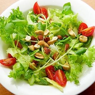 カシューとアーモンドで少し贅沢なグリーンサラダ♪
