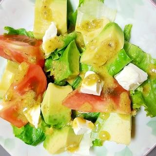 バジルドレッシングでアボカドとトマトのサラダ