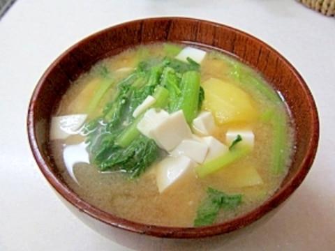 *小松菜とじゃがいも・豆腐の味噌汁*