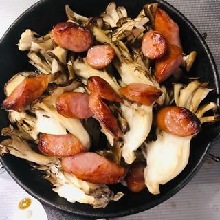 スキレットで舞茸とウインナーのオイル焼き
