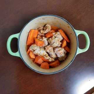 畳んだ豚肉とにんじんの煮物
