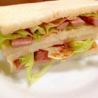 ウインナーとレタスのサンドイッチ