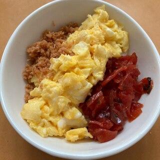 卵と鮭フレークと福神漬けのミニ3色丼